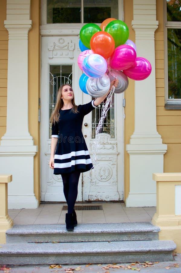 Szczęśliwa dziewczyna z agatem szybko się zwiększać w jej ręce obraz royalty free