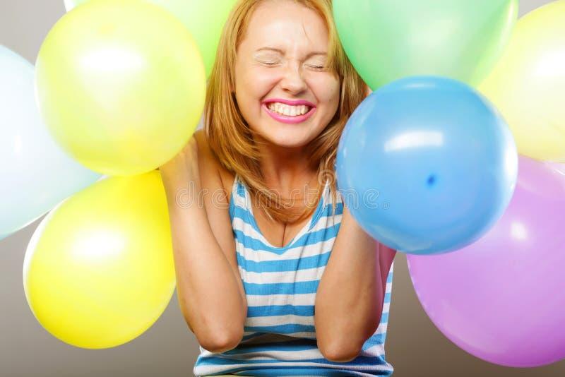 Szczęśliwa dziewczyna z balonami zdjęcia stock