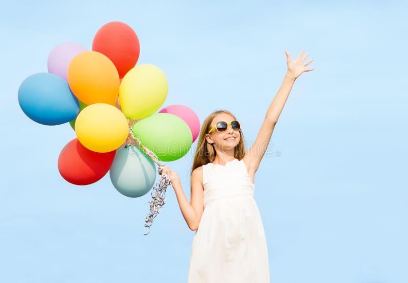 Szczęśliwa dziewczyna z kolorowymi balonami fotografia royalty free