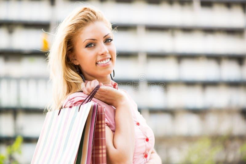 Szczęśliwa dziewczyna z torba na zakupy obraz royalty free