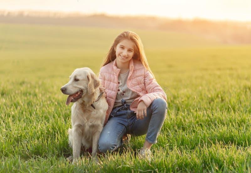Szczęśliwa dziewczyna ze słodkim psem zdjęcia royalty free