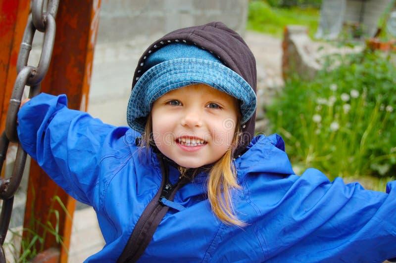 Szczęśliwa dziewczyny jazda na huśtawce obrazy royalty free
