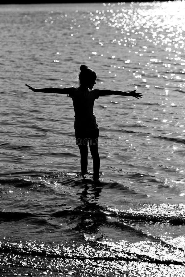 szczęśliwa dziewczyny sylwetka fotografia royalty free