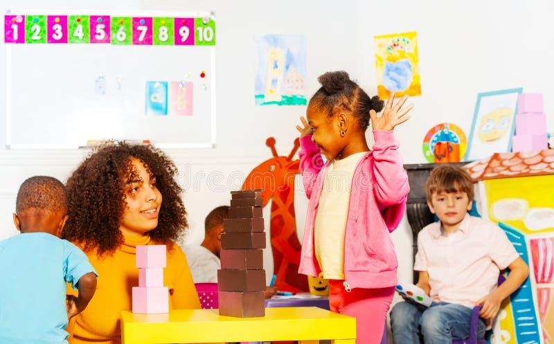 Szczęśliwa dziewczyny sztuka z nauczycieli elementami zdjęcia stock