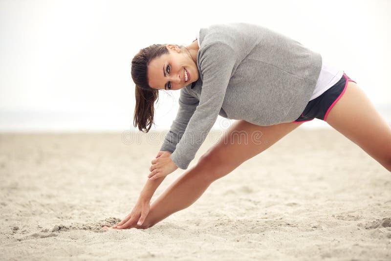 Szczęśliwa Żeńska atleta Ćwiczy na plaży obraz stock