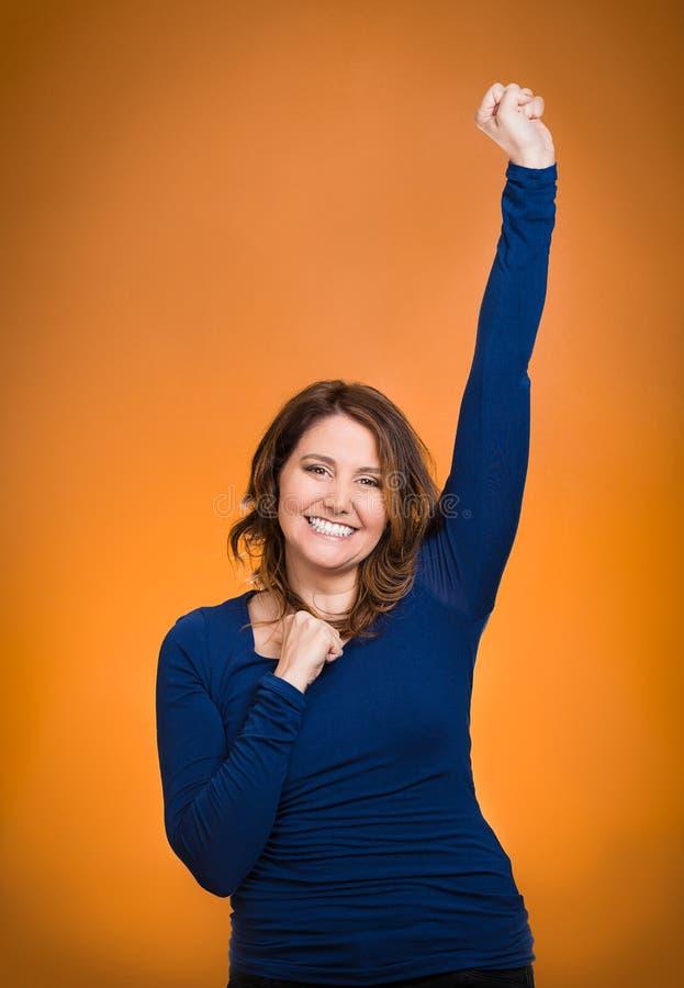 Szczęśliwa ekstatyczna kobiety odświętność jest zwycięzcą zdjęcia royalty free