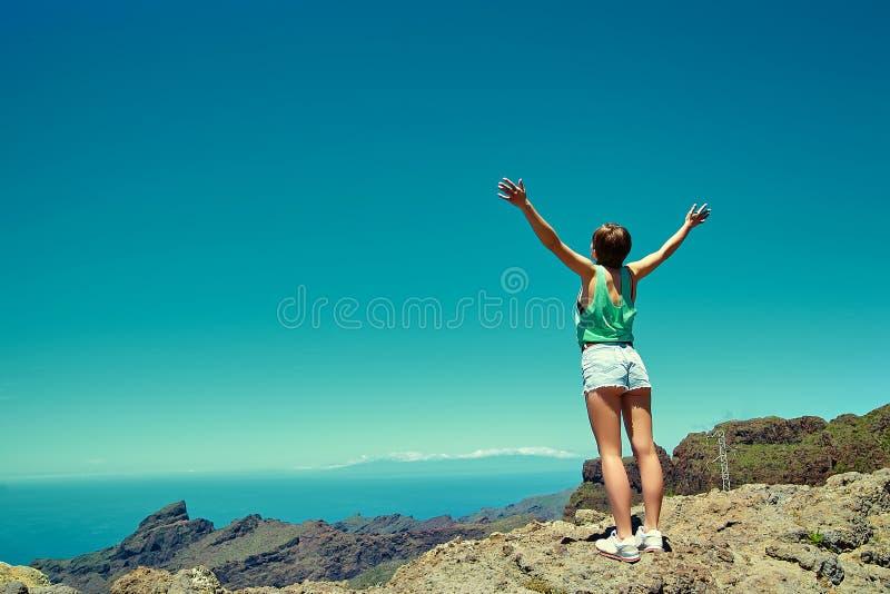 Szczęśliwa elegancka dziewczyny kobieta w przypadkowym modnisiu odziewa zdjęcia stock