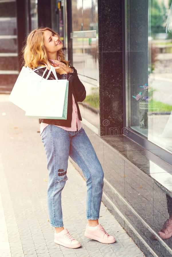 Szczęśliwa elegancka kobieta z torbami na zakupy Dziewczyna cieszy się w zakupy Konsumeryzm, zakupy, sprzeda?e i stylu ?ycia poj? obrazy royalty free
