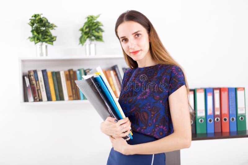 Szczęśliwa europejska biznesowa kobieta z falcówek trzymać zdjęcia stock