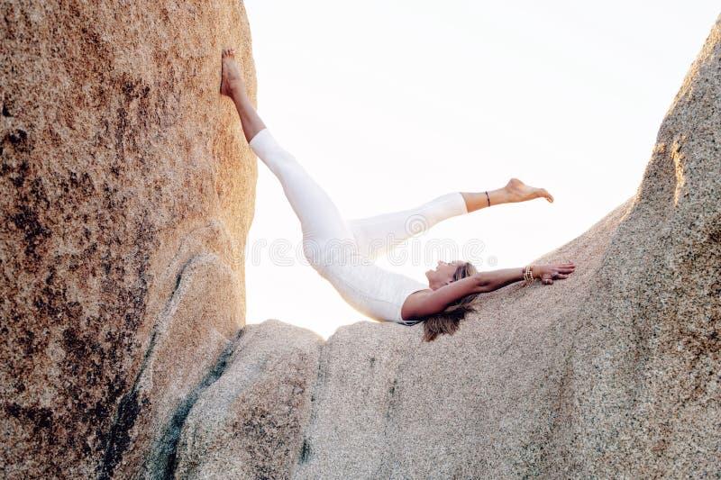 Szcz??liwa Gruntuj?ca joga kobieta zdjęcia stock