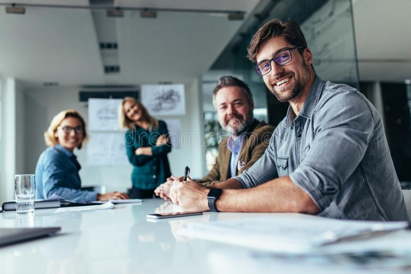 Szczęśliwa grupa biznesmeni podczas prezentaci obraz stock