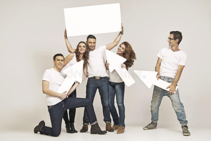 Szczęśliwa grupa młodzi przyjaciele fotografia royalty free