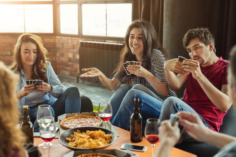 Szczęśliwa grupa przyjaciół karta do gry obraz stock