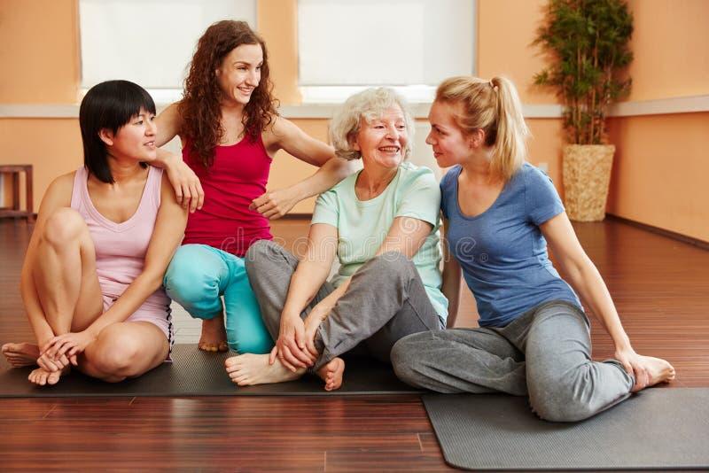 Szczęśliwa grupa przyjaciele w joga klasy przerwie obrazy royalty free