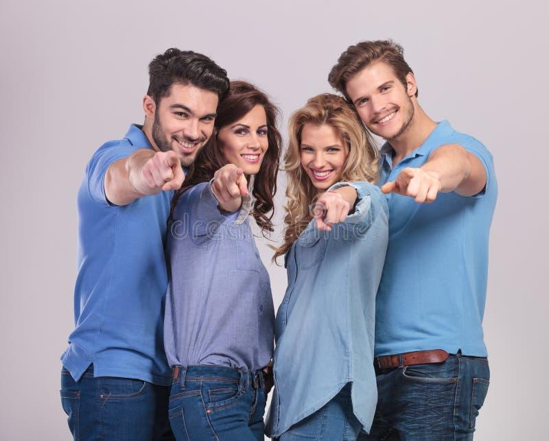 Szczęśliwa grupa przypadkowi ludzie wskazuje palce zdjęcia royalty free