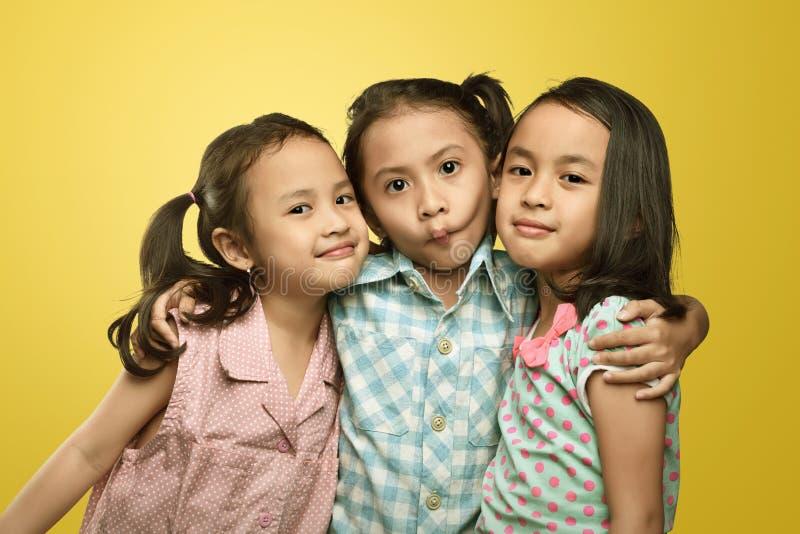 Szczęśliwa grupa stoi wpólnie azjatykcia mała dziewczynka obrazy stock