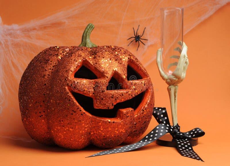 Szczęśliwa Halloweenowa lampion bania z zredukowanym ręki szkłem zdjęcia stock