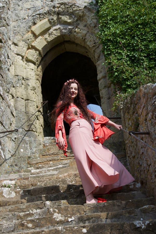 Szczęśliwa hipis dama na krokach blisko Angielskiego kasztelu antycznego drzwi obraz stock
