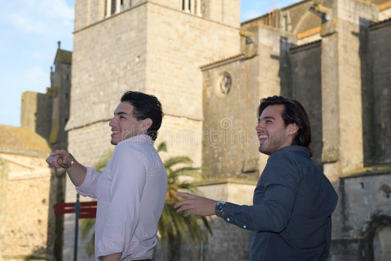 Szczęśliwa homoseksualna para bierze cieszyć się i spacer fotografia stock