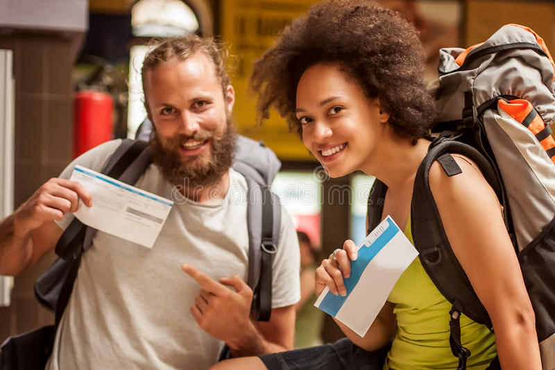 Szczęśliwa i euforyczna para backpacker turyści pokazuje bilety fo fotografia royalty free