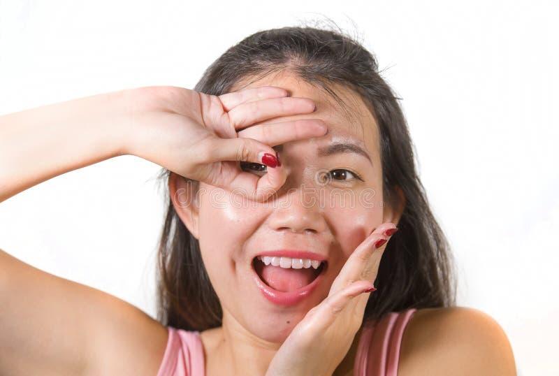 Szczęśliwa i piękna Azjatycka Chińska nastolatek kobieta naśladuje palce supła gest który zostać a gracza futbolu bramkowy święto obraz royalty free