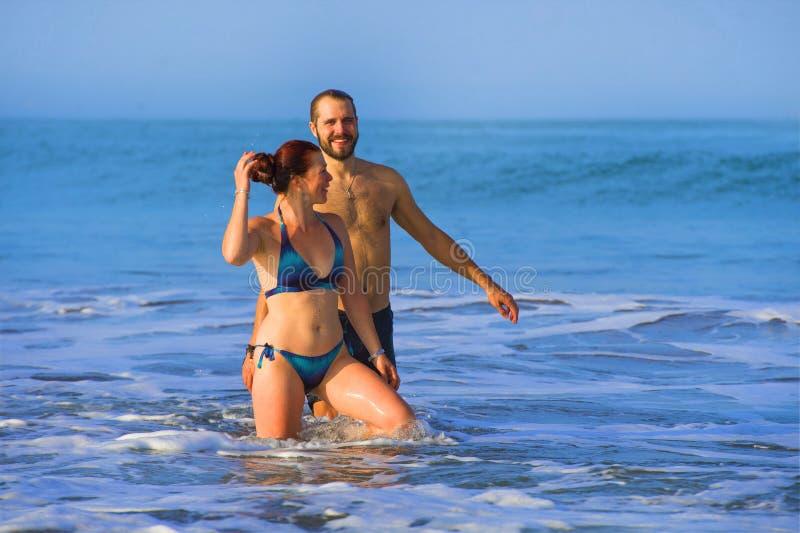 Szczęśliwa i piękna para cieszy się podróżuje wpólnie w tropikalnej raj plaży ma zabawę obraz stock