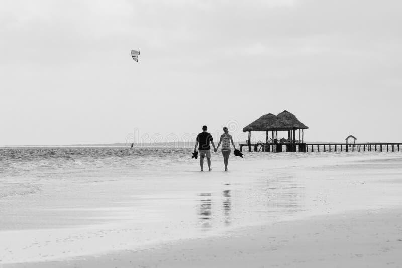 Szczęśliwa i romantyczna para cieszy się zmierzch na piękny tropikalnym zdjęcie stock