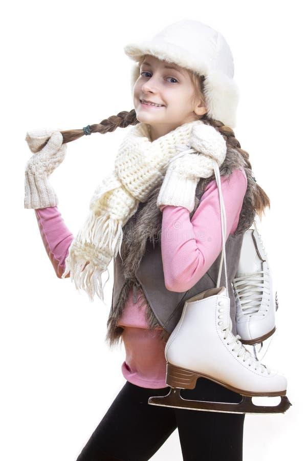Szczęśliwa i Uśmiechnięta Kaukaska Blond dziewczyna w zimie Odziewa Pozowa? obracam z Lodowymi ?y?wami Nad ramieniem W r?kach W p zdjęcia stock
