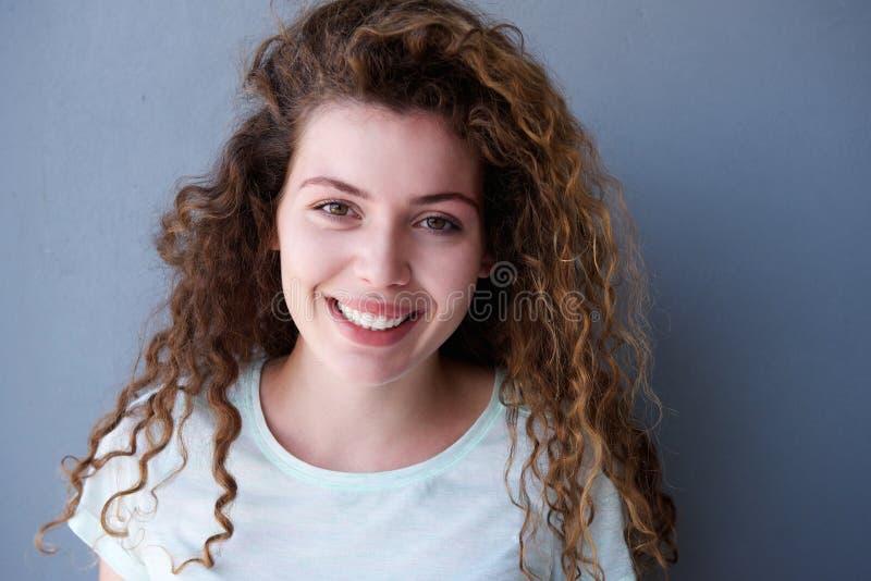 Szczęśliwa i zdrowa nastoletnia dziewczyna z kędzierzawym włosy zdjęcie royalty free