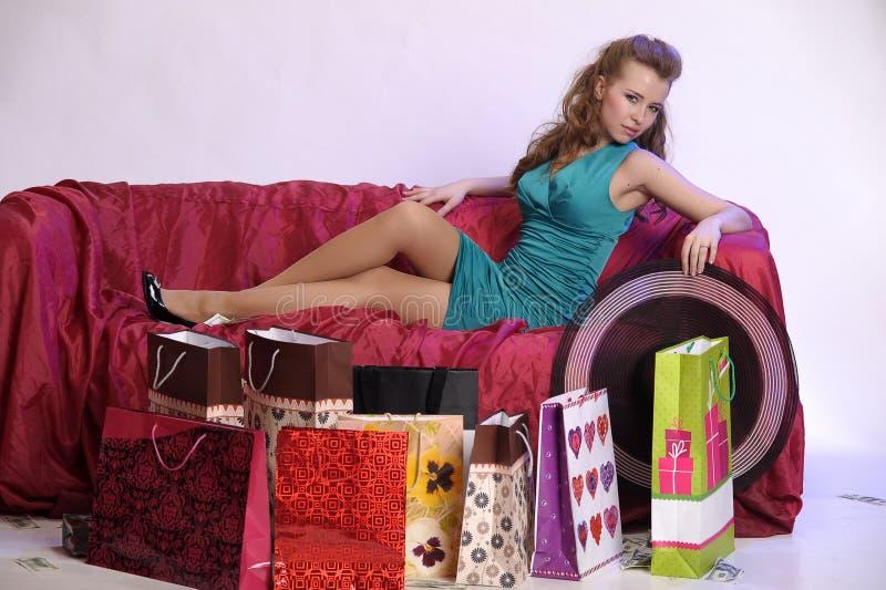 Szczęśliwa i zmęczona kobieta odpoczywa po robić zakupy obrazy stock