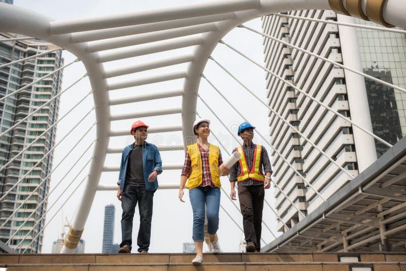 Szczęśliwa inżynier drużyna w mieście obraz royalty free