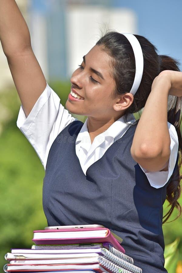 Szczęśliwa Katolicka Kolumbijska Żeńskiego ucznia szkoły dziewczyna Jest ubranym mundur fotografia royalty free