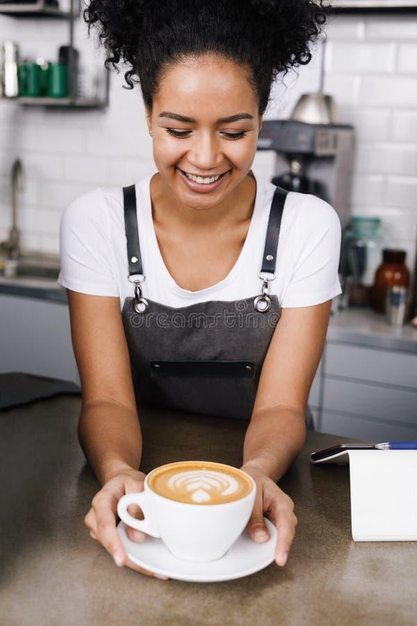 szczęśliwa kelnerka obraz stock
