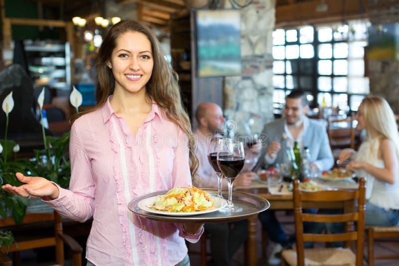 Szczęśliwa kelnerka w restauraci obraz stock