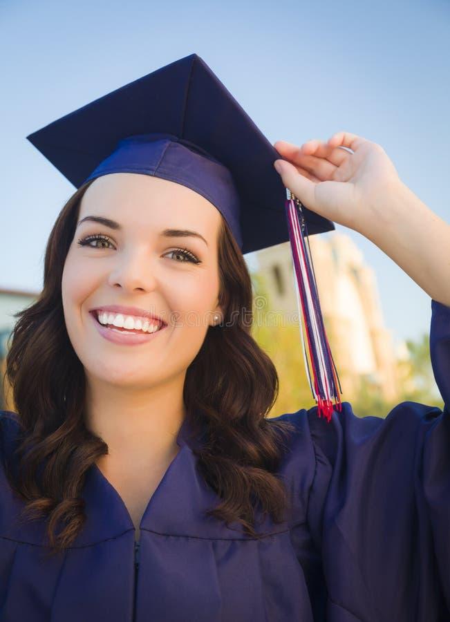 Szczęśliwa Kończy studia Mieszająca Biegowa kobieta W nakrętce i todze zdjęcie royalty free