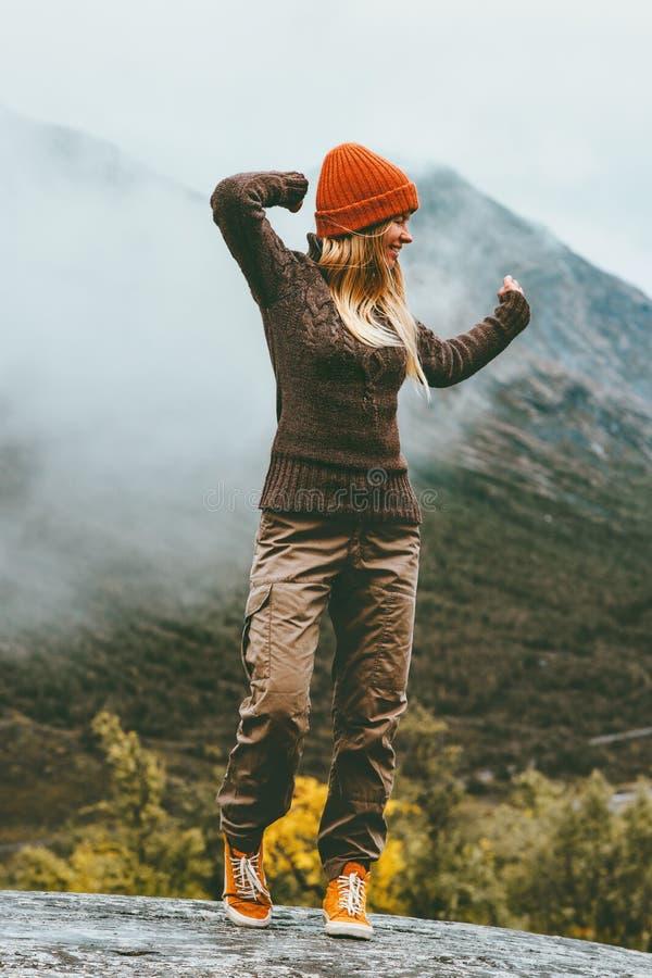 Szczęśliwa kobieta chodzi samotnie w mgłowych górach obrazy royalty free