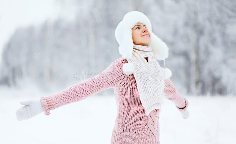 Szczęśliwa kobieta cieszy się śnieżną zimy pogodę obrazy stock