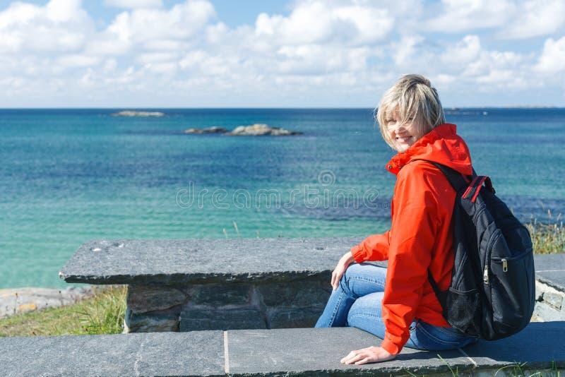 Szczęśliwa kobieta cieszy się morza, oceanu, fjord widok/ obraz stock