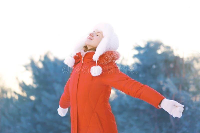Szczęśliwa kobieta cieszy się zimy pogodę obrazy royalty free