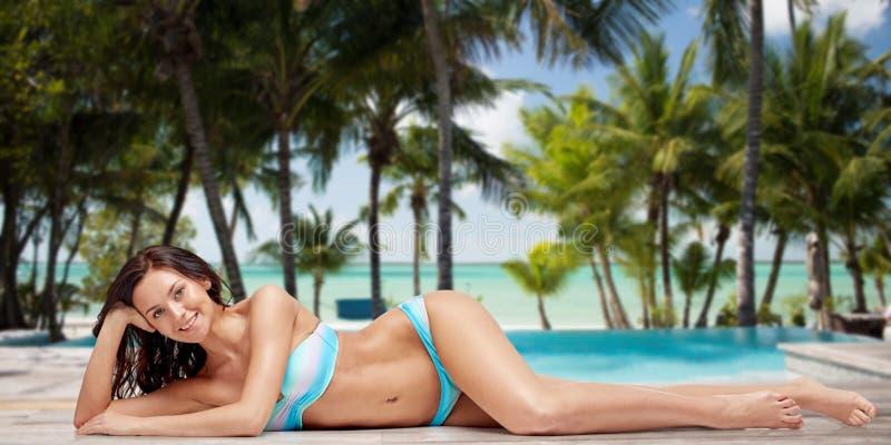 Szczęśliwa kobieta garbnikuje nad lato plażą w bikini obrazy royalty free
