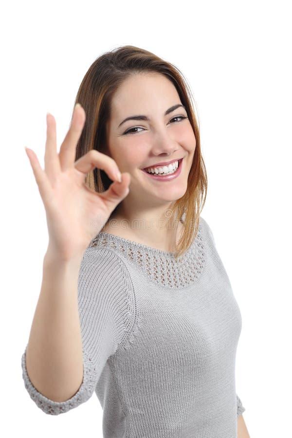 Szczęśliwa kobieta gestykuluje ok zdjęcie royalty free