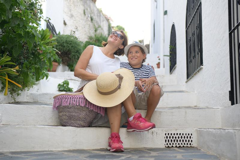 Szczęśliwa kobieta i dzieciak siedzimy na schodkach obrazy royalty free