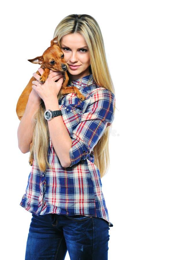 Szczęśliwa kobieta i jej piękny szczeniaka pies nad białym tłem zdjęcie royalty free