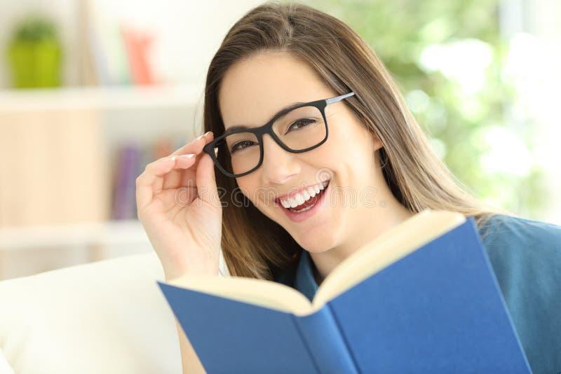 Szczęśliwa kobieta jest ubranym eyeglasses z perfect uśmiechem obrazy royalty free