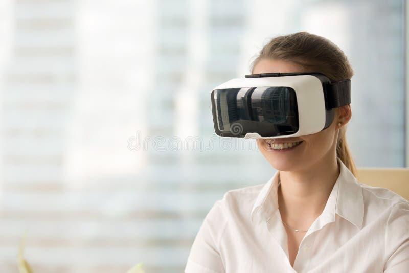 Szczęśliwa kobieta jest ubranym VR gogle, dostaje wirtualnego ar rzeczywistości exper zdjęcia royalty free