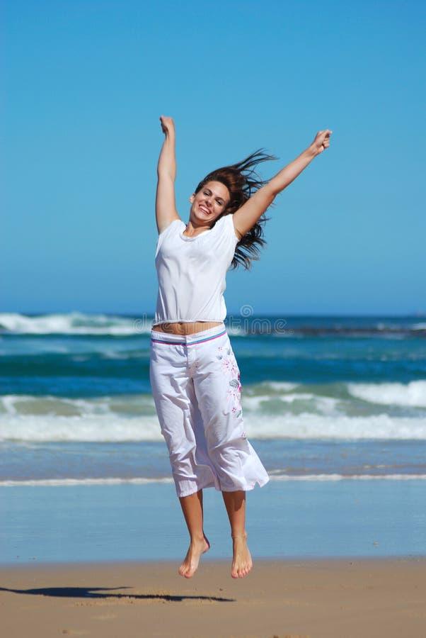 szczęśliwa kobieta jumping obrazy royalty free