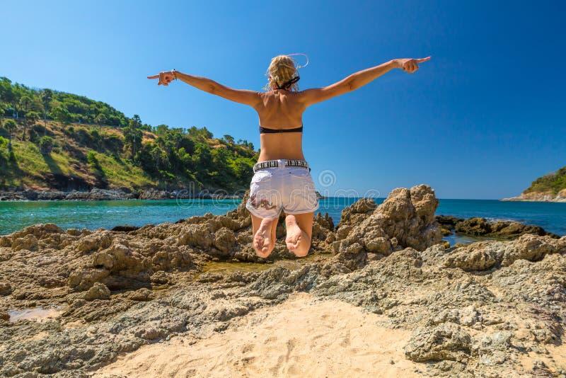 szczęśliwa kobieta jumping zdjęcie royalty free