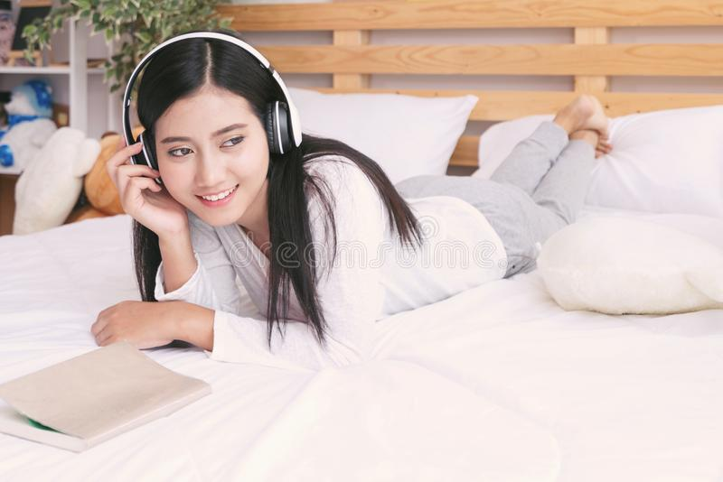 Szczęśliwa kobieta lub nastoletnia dziewczyna w hełmofonach słucha muzyka dla zdjęcie stock