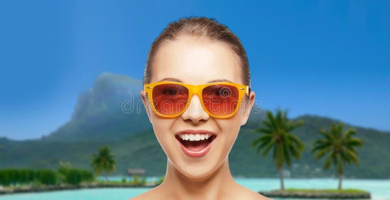 Szczęśliwa kobieta lub nastoletnia dziewczyna w okularach przeciwsłonecznych na plaży zdjęcia stock