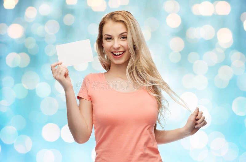 Szczęśliwa kobieta lub nastoletnia dziewczyna z pustym białym papierem zdjęcia royalty free